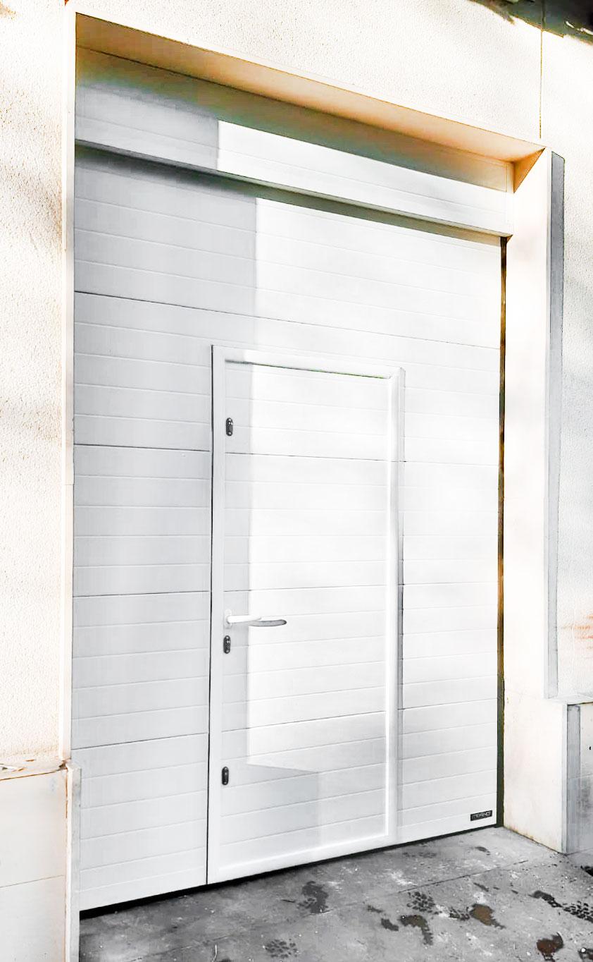 Hemos instalado esta puerta seccional, en color blanco y con peatonal insertada - Puertas Merino