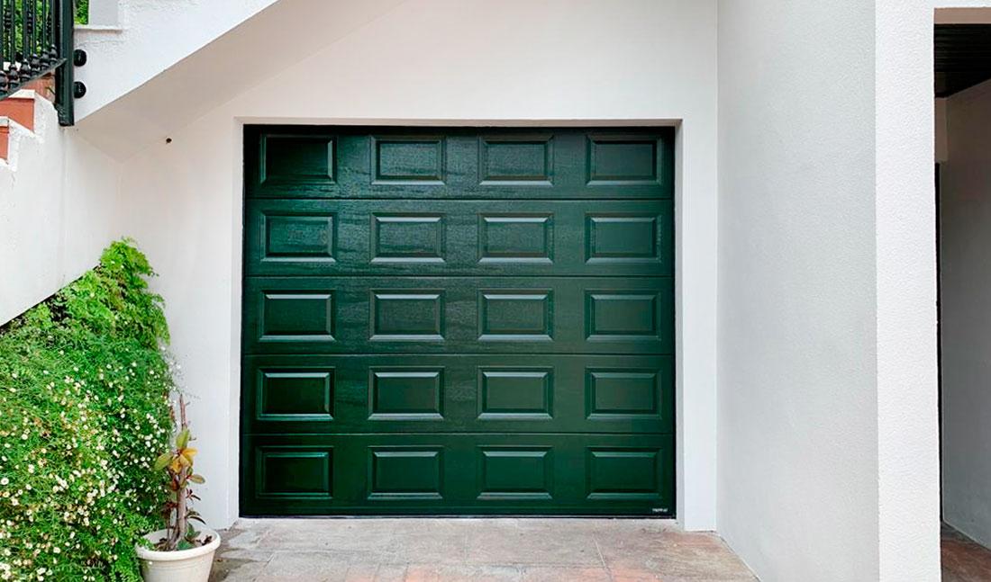 Puerta seccional automática en aluminio con paneles de cuarterones